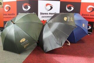 Sateenvarjot Kubija Hotelli logolla